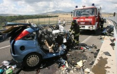 Incidente: scontro tra Fiat 600 e Bmw. Morta madre e 2 figli