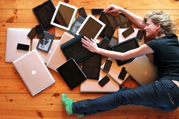A tavola si mastica poco e male per colpa di tablet e smartphone