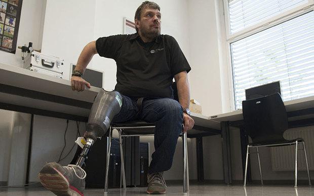 Innovativa gamba artificiale fa sentire il piede al paziente