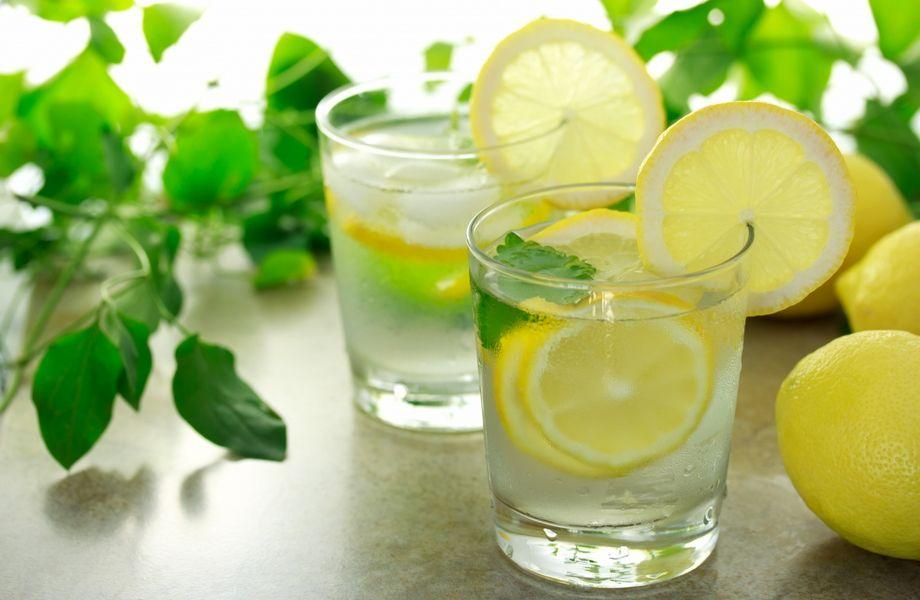 Dimagrire con acqua calda e limone al mattino