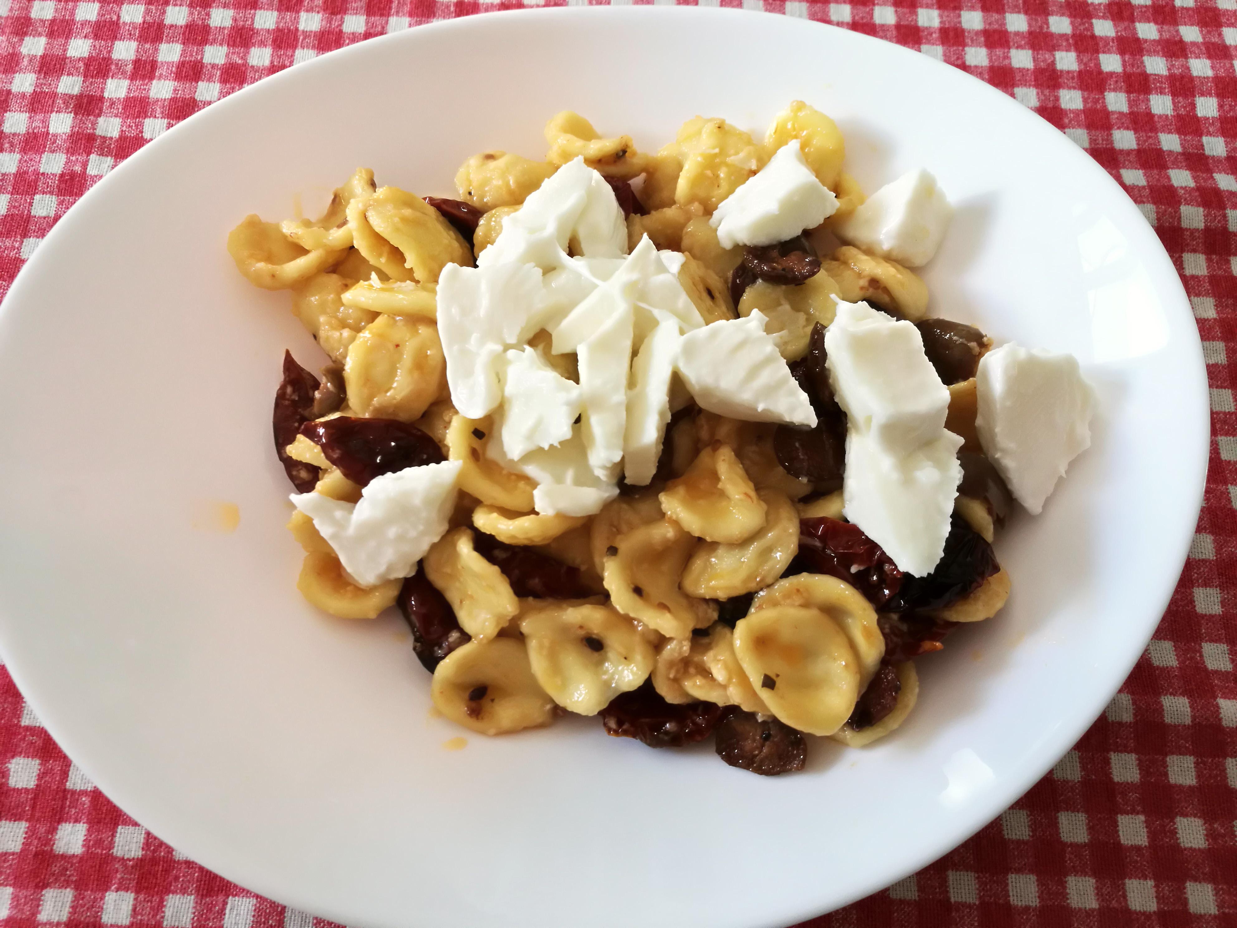 Orecchiette con pomodori secchi, olive e mozzarella