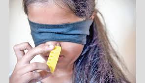 Deepti, la ragazzina che riconosce i colori dall'odore