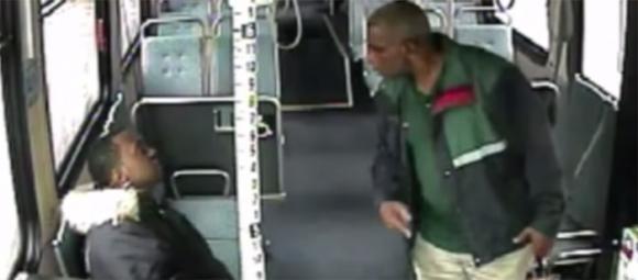 Sputa in faccia all'autista: ferma l'autobus e lo riempie di botte