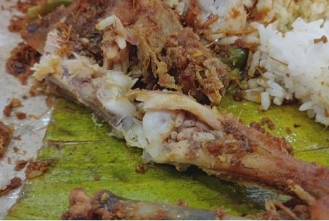 Pollo con sorpresa: a metà pasto scopre il ripieno di vermi