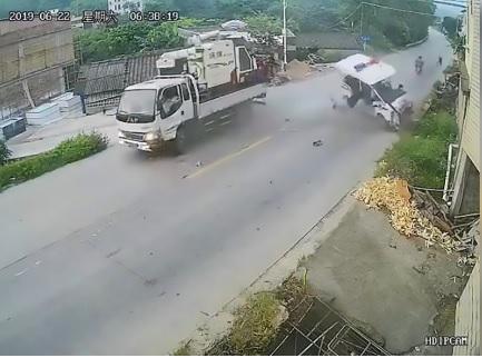 Poliziotto vola via dopo l'impatto con un camion