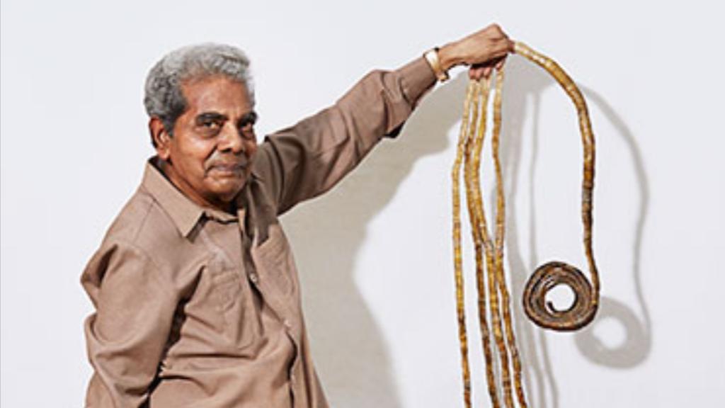 Uomo con le unghie più lunghe al mondo: 9 metri