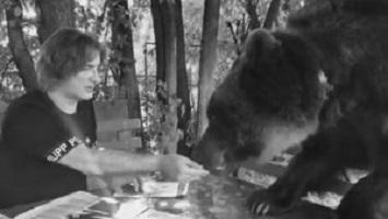 """Miliardario porta orso a una riunione di lavoro: """" E' il mio più stretto collaboratore"""""""