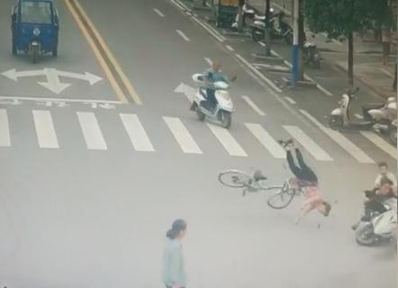 Scooter travolge donna in bici all'incrocio: l'impatto è devastante