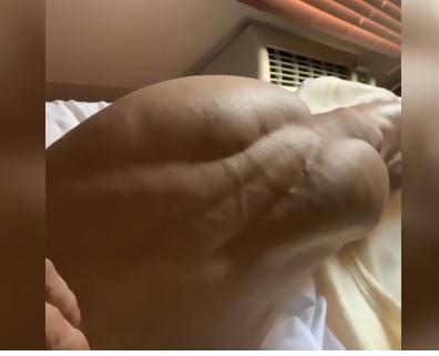 Bodybuilder posta foto della sua coscia: l'immagine è irreale