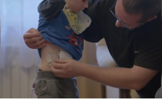 Bambino di 13 mesi ingoia detersivo: i genitori commettono un gravissimo errore