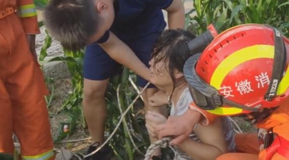 Mamma cade con la figlia in un pozzo, per i soccorritori c'è una brutta sorpresa